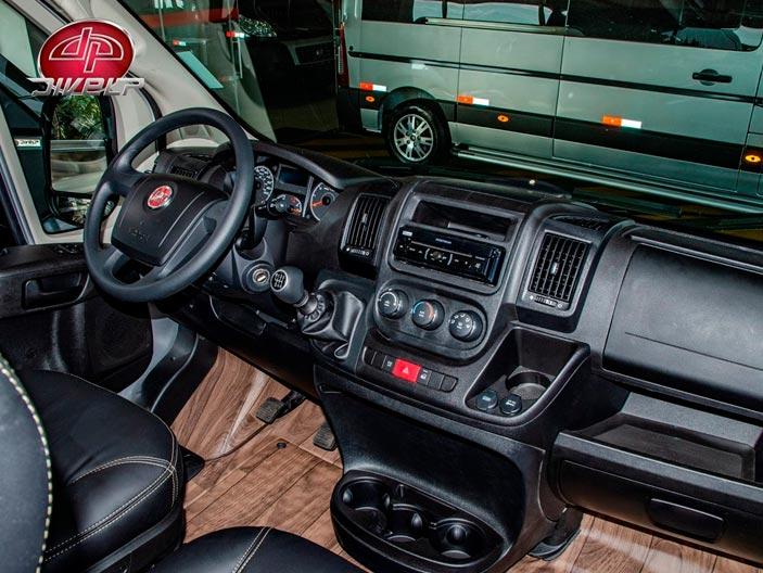 Fiat Ducato: O volante apresenta quatro raios, painel dividido em módulos e sistema de ar-condicionado, difusores mais bem distribuídos e condensador maior.